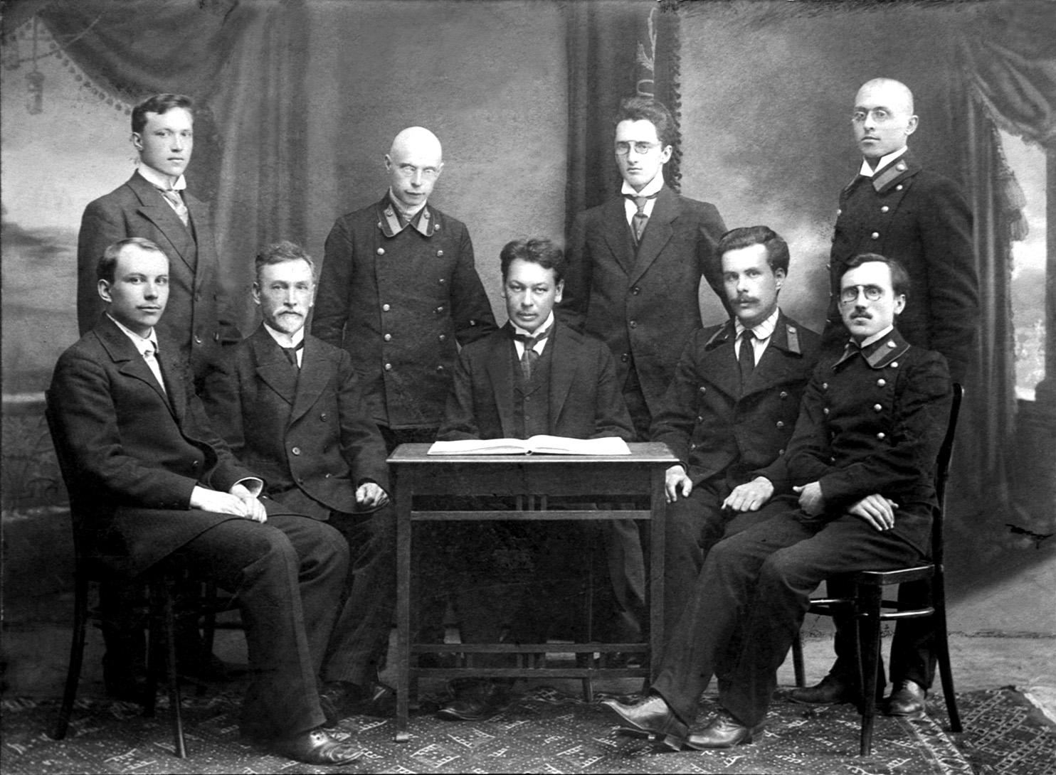 Выпуск физмата 1913г. В центре Н.Н. Парфентьев