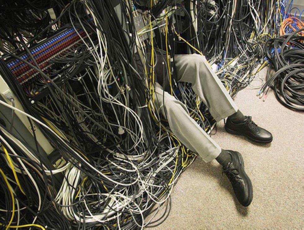 Веселые картинки админы чинят сервер