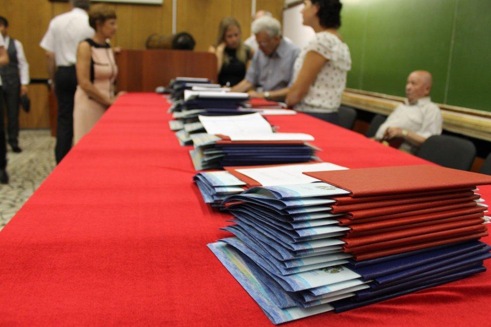 КФУ июля в Институте физики Казанского федерального   3 июля в Институте физики Казанского федерального университета состоялось торжественное вручение дипломов выпускникам 2013 года